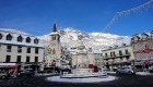 le-bourg-de-laruns-et-les-decorations-de-noel